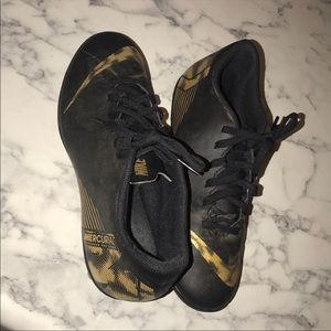 BLACK AND GOLD soccer cleats - NIKE
